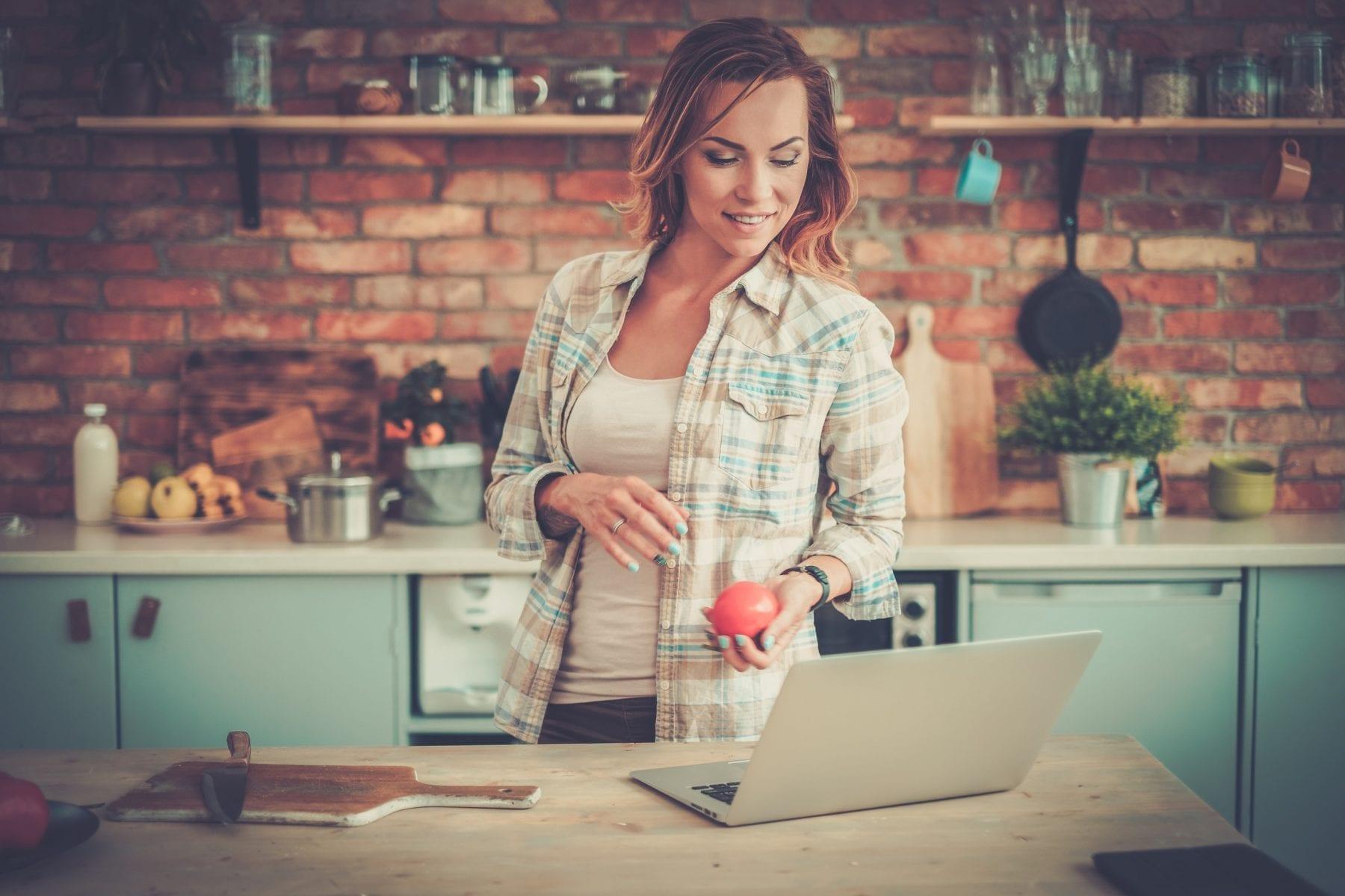 Woman-saving-in-RRSP-using-online-formula